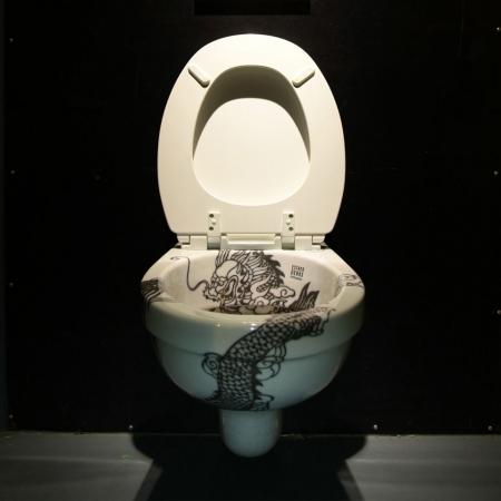 Hangtoilet met een design van een Chinese draak door ontwerper Esther Derkx