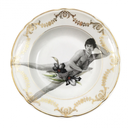 vintage soepbord met gouddecoratie en een mannelijk model
