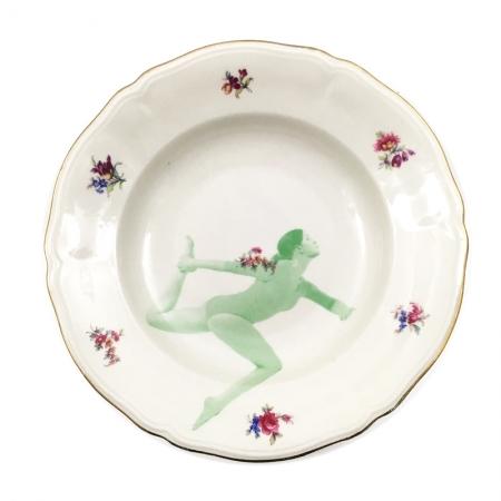 Vintage soepbord met bloemen en een dame in yoga houding in een groen raster