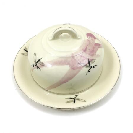 vintage botervloot opnieuw bedrukt met een roze liggende man