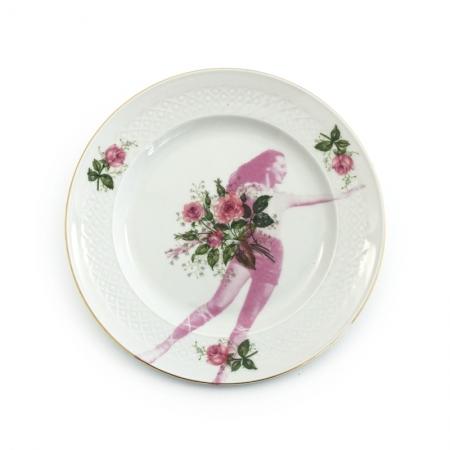 Ontbijtbord met roze rozen en een wijzend model