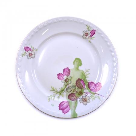 Dinerbord met roze bloemen en een zittend naaktmodel