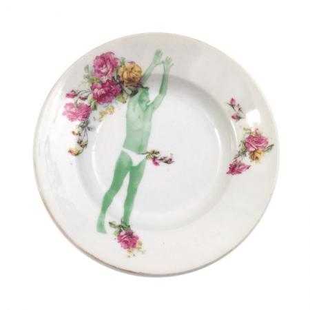 Vintage soepbord met roze rozen en een zich uitrekkende man