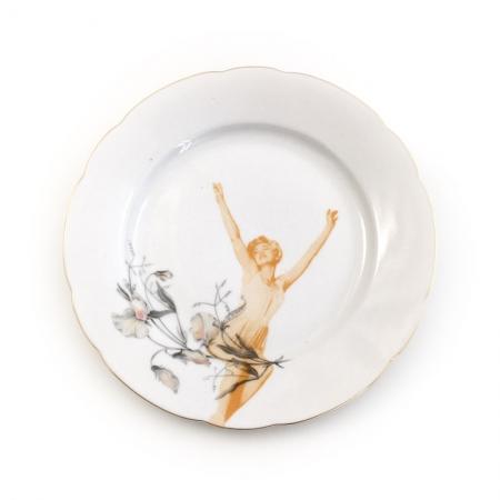 Vintage ontbijt bord met bloemen opnieuw bedrukt met een dame die zich uitstrekt