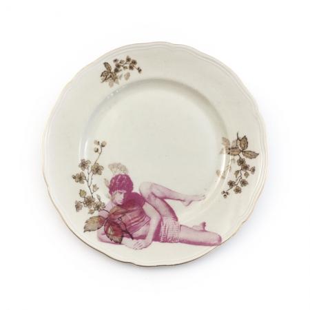 Vintage ontbijt bord met bloemen opnieuw bedrukt met een man in yoga houding