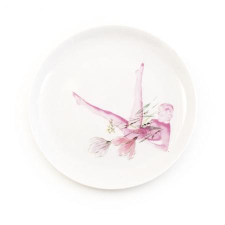 Vintage ontbijt bord met bloemen opnieuw bedrukt met een dame met uitstrekkende benen
