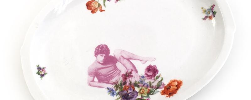 Vintage schaal met bloemen en een sportieve man