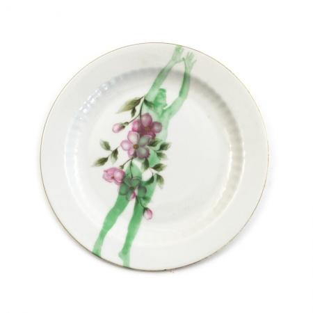 Vintage gebaksbordje met bloemen opnieuw bedrukt en een springende man