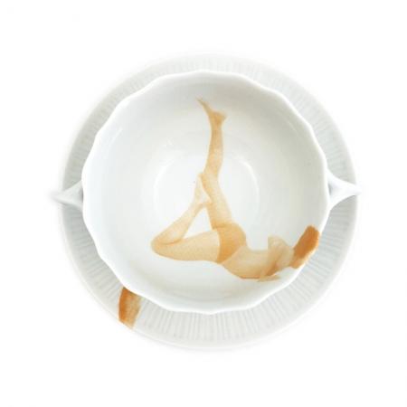 Vintage soepkom opnieuw bedrukt met een man in yoga houding