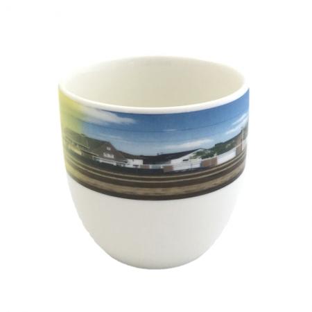 thee-koffiemok met een snapshot van het Nederlandse landschap