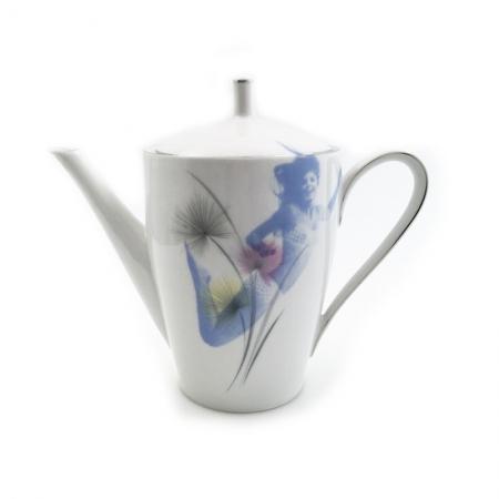 Vintage koffiepot met bloemen opnieuw bedrukt met fotomodellen