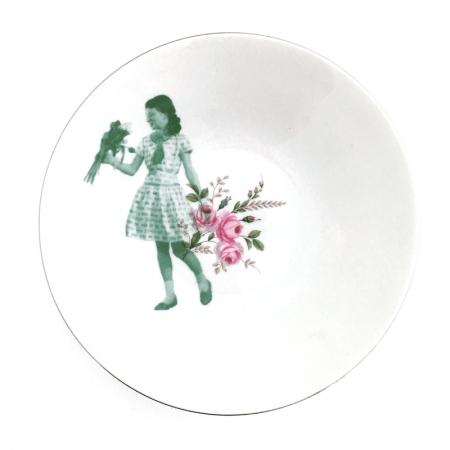 Vintage fruitschaal met bloemen, opnieuw bedrukt met een design van een meisje met bloemen