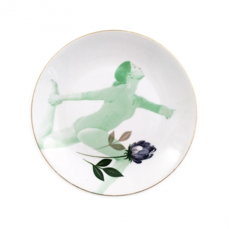 Vintage gebaksbordje met grijze tulp en een dame in yoga houding