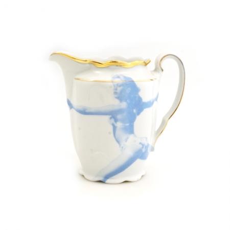 Vintage melkkannetje met bloemen opnieuw bedrukt met een springend fotomodel