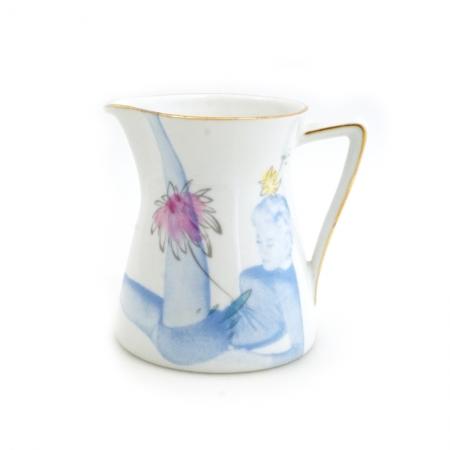 Vintage melkkannetje met bloemen opnieuw bedrukt met een dame met uitstrekkende benen