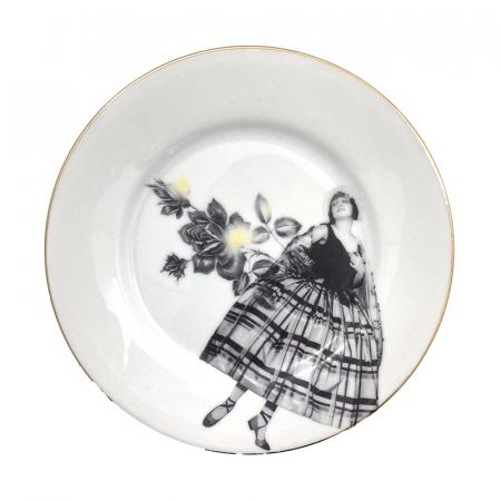 Vintage ontbijtbord met een design van Esther Derkx. Collage historische foto en bloemen door Esther Derkx