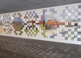 Tegelkunstwerk met historische afbeeldingen in vrolijke kleuren door Esther Derkx